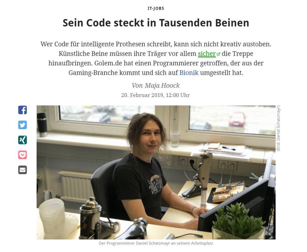 Eine der wenigen urbanen Ecken in Wien: Daniel Schatzmayr, lange braune Haare, schwarzes Hackerspace-Shirt, sitzt an seinem Rechner im Bürokomplex von Ottobock mit Blick auf eine große Hochstraße. Um ihn herum sind künstliche Gelenke, Knie und Unterschenkel aufgebaut. Ein einzelner Fuß steht neben einem Ficus Benjamini.